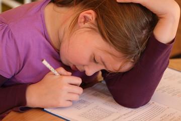Mädchen lernt für die Schule Mathe