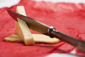 Porción de queso con cuchillo