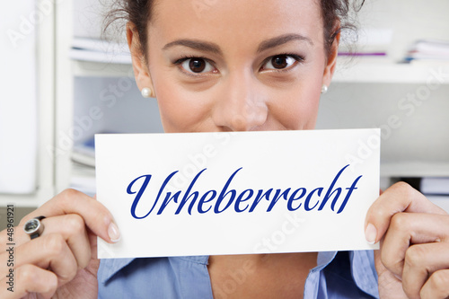 Frau hält Schild mit Urheberrecht