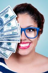 Jeune femme avec de l'argent dans la main