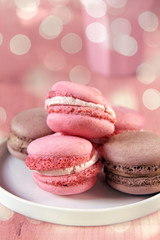 macarons, erdbeer und schokolade mit bokeh
