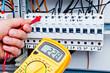 Digitales Messgerät an Sicherungskasten #bn - 48975932