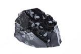 Mineralien: roher Schneeflockenobsidian auf weiß