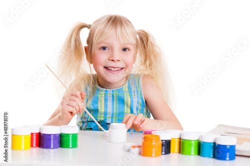 kleines Mädchen beim malen