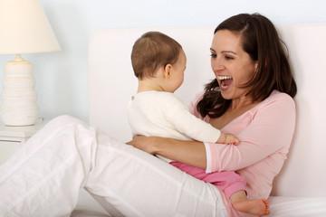 Eine Mutter spielt mit ihrem Kind