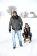 Glückliches Paar im Schnee