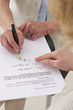Femme - Signature d'un contrat