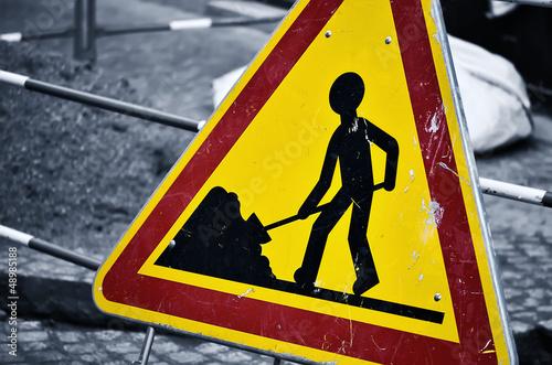 paneau de travaux sur la route,chantier en cours,sécurité - 48985188
