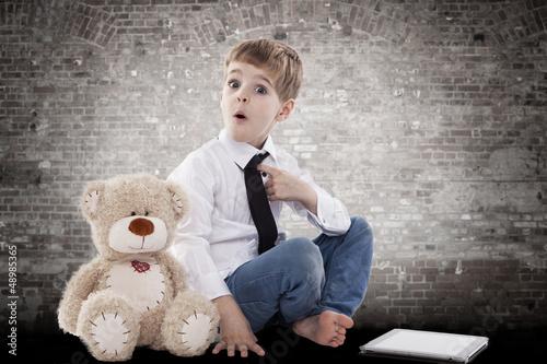 kind und kuscheltier