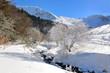 rivière traversant les montagnes enneigées