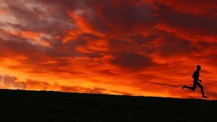 Filmclip eines Joggers vor morgenrotem Himmel