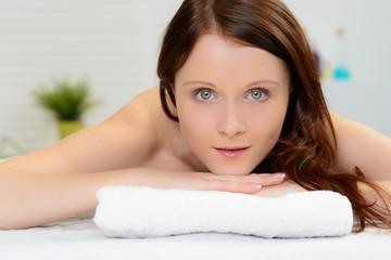 junge frau bei der kosmetik