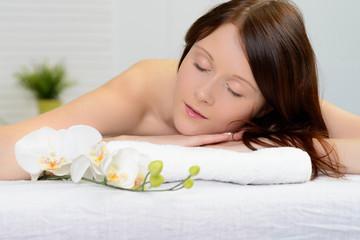 attraktive frau bei der massage