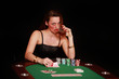 Frau am Pokertisch trinkt Wiskey