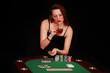 Frau trinkt Wiskey am Pokertisch
