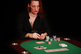 arrogante Frau spielt Poker