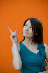 attraktive junge frau zeigt mit dem finger