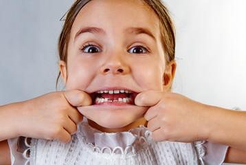 Kind zeigt  stolz seine neue Zähne