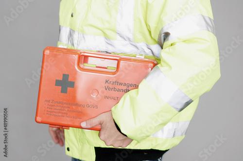 Rettungsdienst mit Verbandskasten
