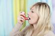Frau benützt Asthmaspray