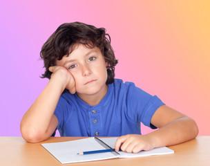Étudiant enfant fatigué