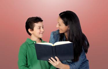 Mère et fils avec un livre