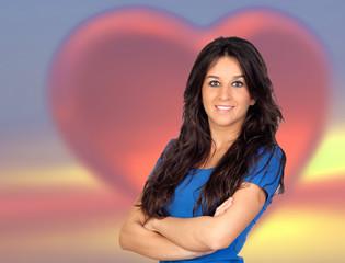 Jolie femme avec un grand coeur