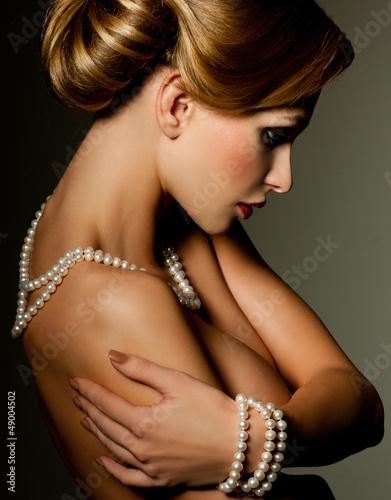 piekna-kobieta-z-mody-fryzura