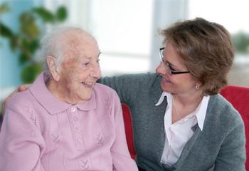 Pflegerin im Gespräch mit alter Dame