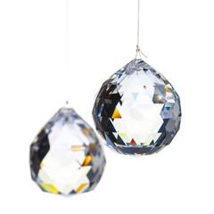 Zwei Kristalle an einem dünnen Faden