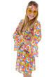 Junge Frau in Hippie-Kostüm