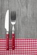 Messer & Gabel als Speiskarte in Rot und Weiß kariert