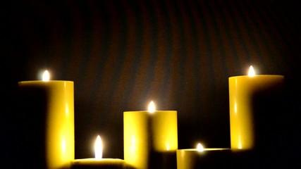 Fünf brennende Kerzen