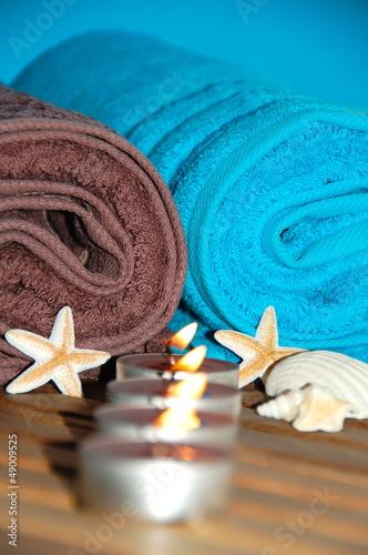 zwei Handtücher und Kerzen