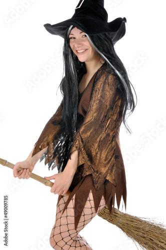 Junge Frau in Hexen-Kostüm reitet auf Besen