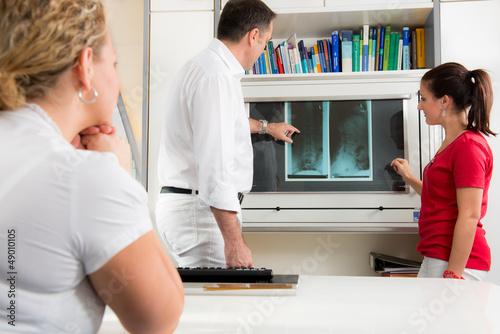 arzt erklärt ein röntgenbild