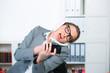 verzweifelte geschäftsfrau führt viele telefongespräche