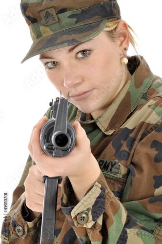 Junge Frau im Armeeuniform mit Gewehr