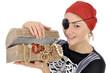 Junge Frau in Piraten-Kostüm mit Schatztruhe