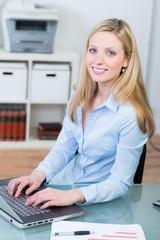geschäftsfrau schreibt auf dem laptop