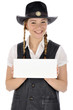 Junge Frau im Cowboy-Kostüm hält leeres Schild