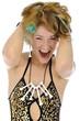 Junge Frau in Steinzeit-Kostüm lacht