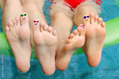 Pieds d'enfants à la piscine, petits personnages