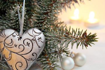 Silbernes Herz am Tannenbaum