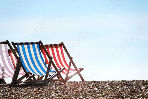 gestreifte liegestühle am strand