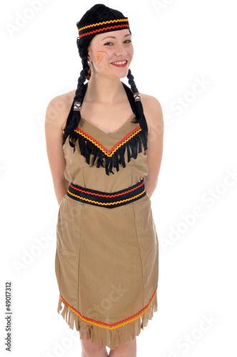 Junge Frau in Indianer-Kostüm