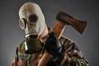 Soldat mit Gasmaske hält Axt