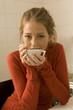 Mädchen trinkt Tee