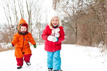Mädchen und Junge im Schnee