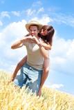 Fototapety verliebtes paar im feld